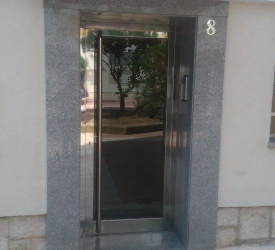 Puerta de portal de acero inoxidable modelo roma for Presupuesto puerta aluminio